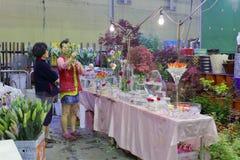 A mulher escolhe a planta decorativa no mercado da flor da cidade de taipei Fotografia de Stock Royalty Free