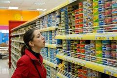 A mulher escolhe produtos Fotografia de Stock
