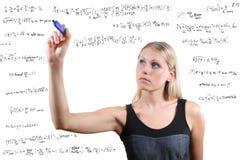 a mulher escreve equações matemáticas Imagens de Stock Royalty Free