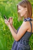 A mulher escreve no comunicador fotos de stock