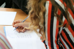 A mulher escreve no papel Fotografia de Stock Royalty Free