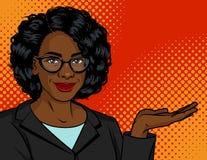 A mulher escura da pele em um terno e em vidros de negócio mostra algo foto de stock royalty free