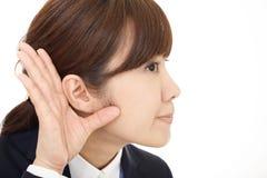 A mulher escuta com cuidado fotografia de stock