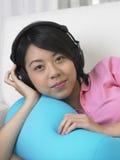 A mulher escuta a música Fotos de Stock Royalty Free