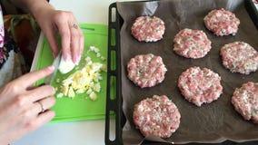 A mulher esmaga ovos fervidos da galinha Bifes triturados da carne com batatas, ovos e queijo Cozinhando etapas e ingredientes vídeos de arquivo
