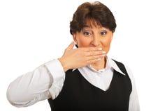 A mulher espantada com cede a boca Fotografia de Stock Royalty Free