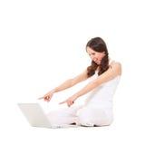 Mulher espantada que olha o portátil Foto de Stock