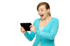 Mulher espantada que prende a tabuleta digital Fotos de Stock