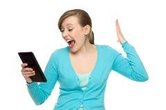 Mulher espantada que prende a tabuleta digital Foto de Stock