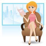 Mulher esperta dos desenhos animados que senta-se no sofá e que lê o compartimento Fotografia de Stock Royalty Free