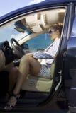 Mulher esperta no carro fotos de stock