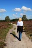A mulher está andando na natureza holandesa típica Imagem de Stock Royalty Free