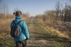 A mulher está caminhando a natureza da calha Imagens de Stock