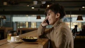 A mulher está chamando no café filme