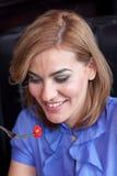 A mulher está comendo a cereja Fotos de Stock