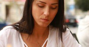 A mulher está comendo no restaurante indiano vídeos de arquivo