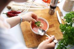 A mulher está comendo a sopa do tomate Uma dieta saboroso e saudável fotografia de stock