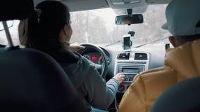 A mulher está conduzindo um carro sobre montanhas serpenteia no dia do outono, vista interna vídeos de arquivo