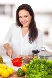 A mulher está cortando uma paprika Imagem de Stock Royalty Free