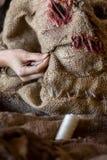 A mulher está costurando uma máscara e um traje do espantalho imagem de stock royalty free