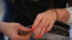 A mulher está criando a composição feito a mão filme
