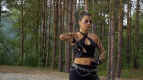 A mulher está dançando a dança tribal na floresta filme