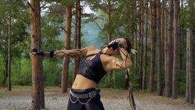 A mulher está dançando a dança tribal na floresta video estoque