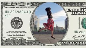 A mulher está dançando o sentimento feliz na nota de dólar 100 filme