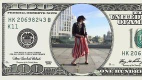 A mulher está dançando o sentimento feliz na nota de dólar 100 video estoque