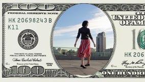 A mulher está dançando o sentimento feliz na nota de dólar 100 vídeos de arquivo