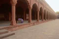 A mulher está dormindo em um banco no complexo de Taj Mahal Imagens de Stock