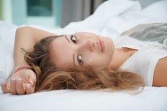 A mulher está encontrando-se na cama Fotografia de Stock