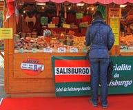 A mulher está escolhendo algo comprar em Bergamo foto de stock royalty free