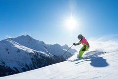 A mulher está esquiando em um paraíso do inverno fotos de stock royalty free