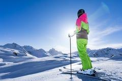 A mulher está esquiando em um paraíso do inverno imagem de stock