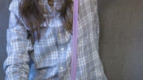 A mulher está esticando um limo e um jogo cor-de-rosa Mãos do close-up filme