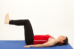 A mulher está exercitando em uma esteira imagem de stock