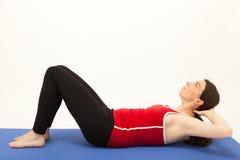 A mulher está exercitando em uma esteira Fotografia de Stock