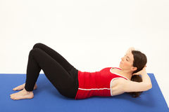 A mulher está exercitando em uma esteira Imagem de Stock Royalty Free
