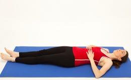 A mulher está exercitando em uma esteira Fotos de Stock Royalty Free