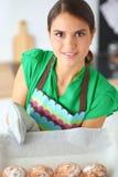 A mulher está fazendo bolos na cozinha Imagens de Stock Royalty Free
