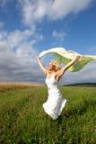 A mulher está funcionando em um prado verde Foto de Stock