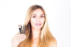 A mulher está guardando escovas cosméticas Composição Fotos de Stock