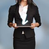 A mulher está guardando a tabuleta com ícone da informação Imagens de Stock Royalty Free