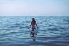 A mulher está indo para uma nadada Foto de Stock Royalty Free