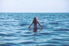 A mulher está indo para uma nadada Imagens de Stock Royalty Free
