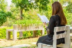 A mulher está lendo um livro Fotografia de Stock