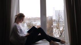 A mulher está lendo um livro