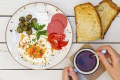 A mulher está misturando o chá na tabela de café da manhã imagens de stock royalty free