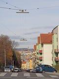 A mulher está montando a bicicleta exterior em Viena, Áustria Fotos de Stock